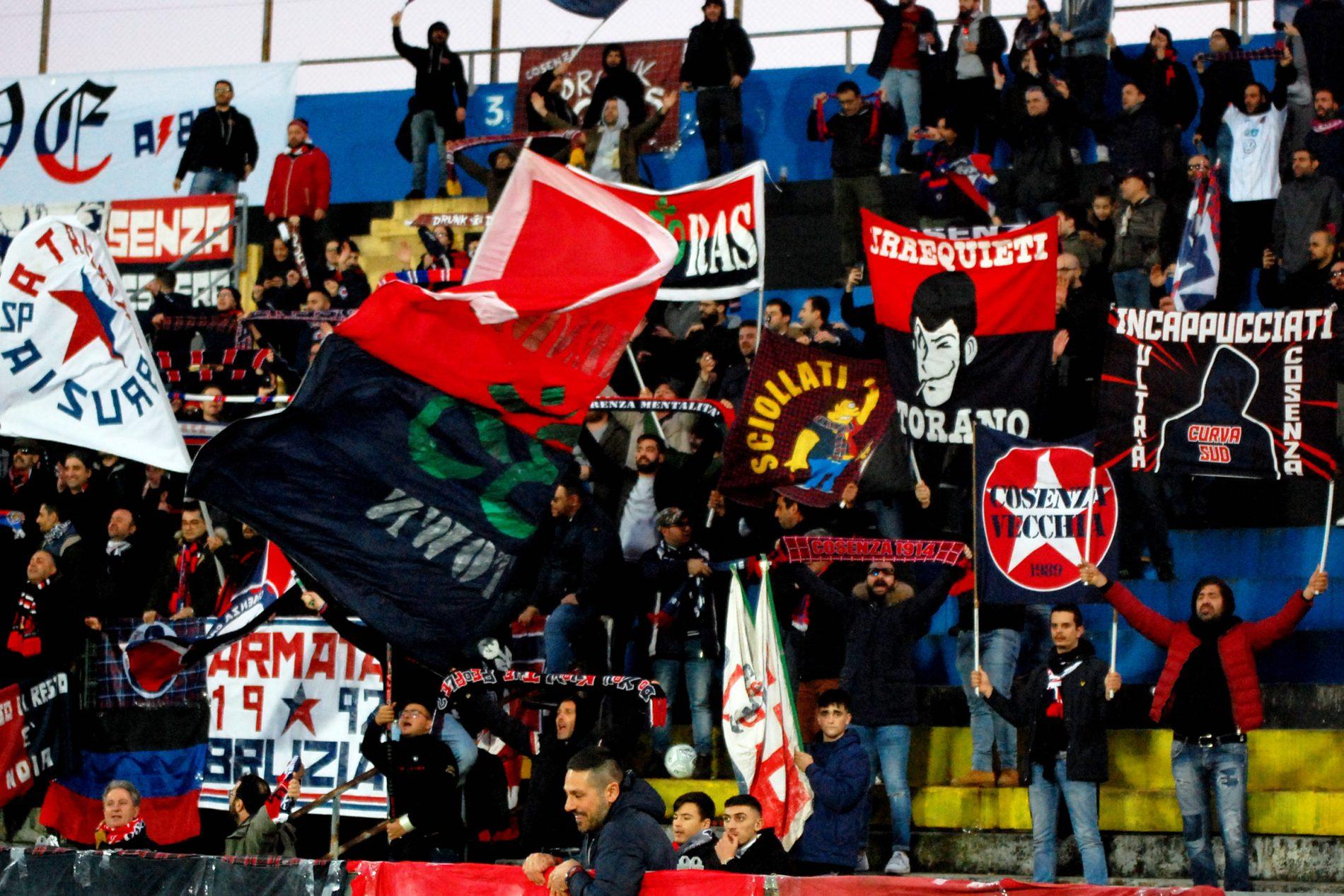 Buon Natale Ultras.Pisa Cosenza Le Immagini Dei Tifosi Rossoblu Nella Fotogallery Di Tifocosenza Tifo Cosenza
